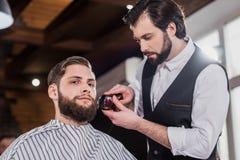 giovane barbiere bello che rade uomo fotografie stock libere da diritti