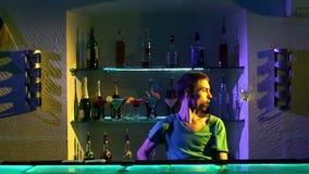 Giovane barista che fa i trucchi con due vetri stock footage