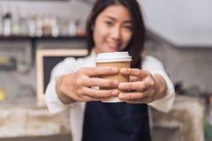 Giovane barista femminile ed il suo piccolo negozio Alimento e concetto della bevanda Immagine Stock