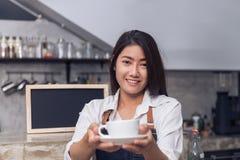 Giovane barista femminile ed il suo piccolo negozio Alimento e concetto della bevanda Fotografia Stock Libera da Diritti