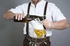 Giovane bavarian con una birra fotografie stock libere da diritti