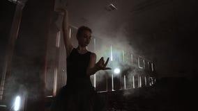 Giovane bella ballerina su balletto moderno di spettacolo di danza del fumo Realizza i movimenti regolari con le mani stock footage