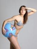 Giovane bella donna in abiti sportivi con la ginnastica-sfera Fotografie Stock Libere da Diritti