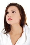 Giovane bella donna in accappatoio Fotografia Stock Libera da Diritti
