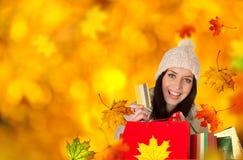 Giovane bella donna, acquisto di autunno fotografie stock