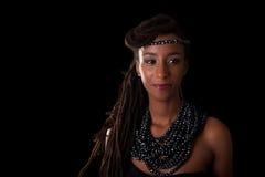 Giovane bella donna africana che indossa gioielli tradizionali, isolante Fotografia Stock Libera da Diritti