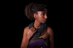 Giovane bella donna africana che indossa gioielli tradizionali, isolante Immagini Stock