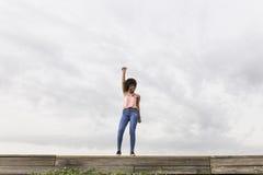 Giovane bella donna afroamericana felice che ascolta la musica dentro Fotografia Stock