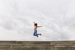 Giovane bella donna afroamericana felice che ascolta la musica dentro Fotografia Stock Libera da Diritti