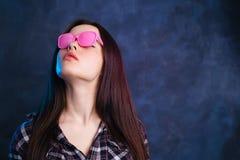 Giovane bella donna alla moda in occhiali da sole d'annata rosa, copia s fotografie stock