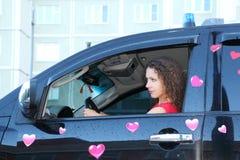 Giovane donna alla ruota di offroader bagnato Immagini Stock Libere da Diritti