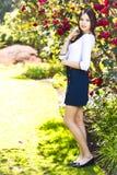 Giovane bella donna alta con capelli scuri diritti lunghi che posano a Fotografia Stock