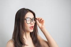 Giovane bella donna asiatica con i vetri d'uso del fronte sorridente Fotografia Stock