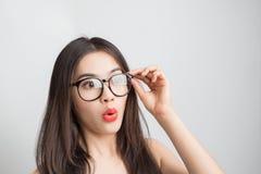 Giovane bella donna asiatica con i vetri d'uso del fronte sorridente Immagini Stock Libere da Diritti