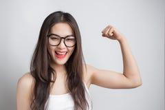 Giovane bella donna asiatica con i vetri d'uso del fronte sorridente Immagine Stock