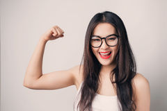 Giovane bella donna asiatica con i vetri d'uso del fronte sorridente Immagine Stock Libera da Diritti