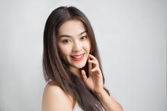 Giovane bella donna asiatica con il fronte sorridente Immagine Stock