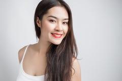Giovane bella donna asiatica con il fronte sorridente Fotografia Stock