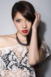 Giovane bella donna asiatica con pelle perfetta ed i capelli marroni perfetti e di trucco Fotografie Stock Libere da Diritti