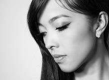 Giovane bella donna asiatica con pelle perfetta ed i capelli marroni perfetti e di trucco Immagine Stock