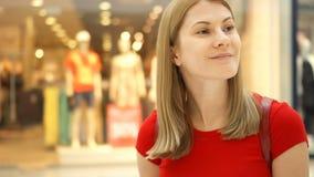 Giovane bella donna attraente che sta nel centro commerciale, sorridente Concetto di consumismo di acquisto stock footage