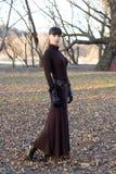 Giovane bella donna attraente in vestito lungo fotografie stock