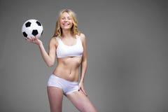 Giovane bella donna bionda in abbigliamento bianco di forma fisica Immagini Stock Libere da Diritti