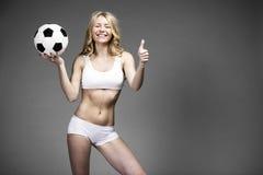 Giovane bella donna bionda in abbigliamento bianco di forma fisica Fotografie Stock