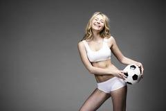 Giovane bella donna bionda in abbigliamento bianco di forma fisica Immagini Stock