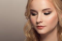 Giovane bella donna bionda Acconciatura e trucco immagini stock libere da diritti