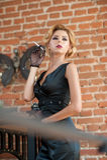 Giovane bella donna bionda dei capelli di scarsità in vestito nero che fuma una sigaretta Signora misteriosa romantica elegante c Immagine Stock Libera da Diritti