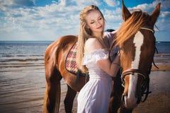 Giovane bella donna bionda e un cavallo Immagini Stock Libere da Diritti