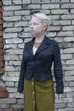 Giovane bella donna bionda in una gonna a quadretti d'annata gialla fotografia stock libera da diritti