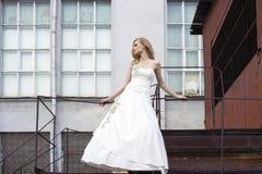 Giovane bella donna bionda in vestito nuziale immagini stock libere da diritti