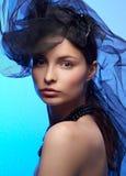 Giovane bella donna in cappello nero Immagini Stock