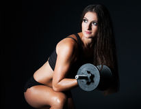 Giovane bella donna castana atletica che fa un allenamento di forma fisica Immagini Stock
