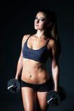 Giovane bella donna castana atletica che fa un allenamento di forma fisica Immagini Stock Libere da Diritti