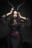 Giovane bella donna castana in costume nero di fantasia Fotografia Stock