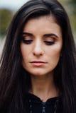Giovane bella donna castana di forma fisica che esamina macchina fotografica e che sorride, primo piano Fotografia Stock Libera da Diritti