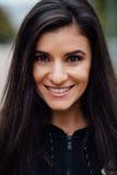 Giovane bella donna castana di forma fisica che esamina macchina fotografica e che sorride, primo piano Fotografia Stock