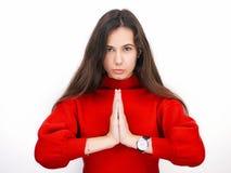 Giovane bella donna castana nell'osservare di pensiero del maglione rosso al lato lo spazio in bianco della copia, isolato sopra  Fotografie Stock Libere da Diritti