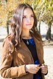 Giovane bella donna castana in parco, ritratto all'aperto di autunno Fotografie Stock Libere da Diritti