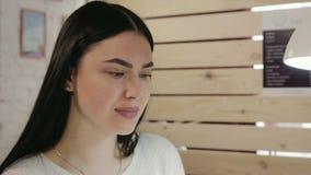 Giovane bella donna castana in un salone del manicure stock footage