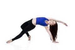 Giovane bella donna caucasica nella posa di yoga in studio isolato su fondo bianco Immagini Stock Libere da Diritti