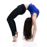 Giovane bella donna caucasica nella posa di yoga in studio isolato su fondo bianco Fotografie Stock Libere da Diritti