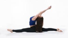 Giovane bella donna caucasica nella posa di yoga in studio isolato su fondo bianco Fotografie Stock