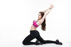 Giovane bella donna caucasica nella posa di yoga in studio isolato su fondo bianco Immagini Stock