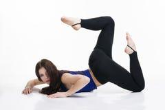Giovane bella donna caucasica nella posa di yoga in studio isolato su fondo bianco Fotografia Stock