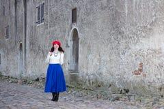 Giovane bella donna che cammina nella vecchia città Immagine Stock