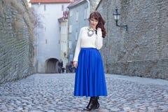 Giovane bella donna che cammina nella vecchia città di Tallinn Immagine Stock
